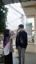 Screening awal dengan cara mengukur suhu tubuh di Puskesmas Pakualaman